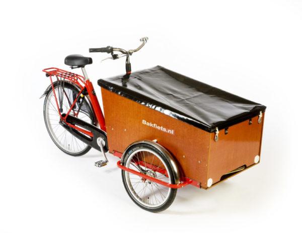 Die schwarze Flachabdeckung der Transportbox wertet das Lastenrad praktisch auf, da so der Inhalt der Box vor Niederschlägen geschützt bleibt.