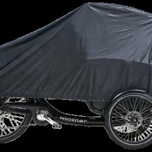 Die Abdeckplane für das abgestellte Familybike WINTHER Cargoo schützt das komplette Fahrrad gegen Niederschläge.