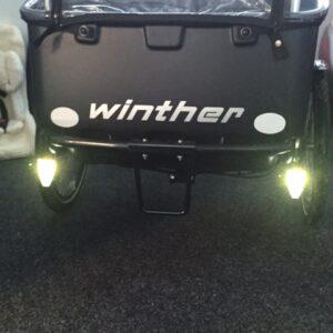 Mit den optional erhältlichen Frontlichtern sieht man nachts mehr und das Cargobike wird auch selbst besser gesehen.